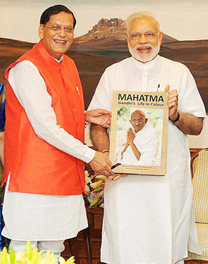 Modi-released-the-book-Mahatma-life-in-colour