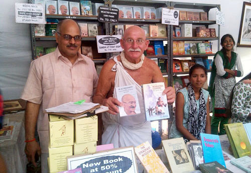 french man dressed up as Gandhi visited Gandhi books exhibition